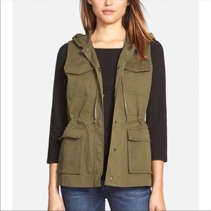 Sleeveless Hunter green hooded vest